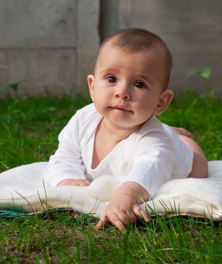Bebé lindo que miente en hierba fotos de archivo libres de regalías