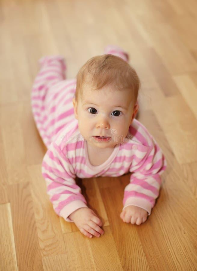 Bebé lindo que miente en piso foto de archivo