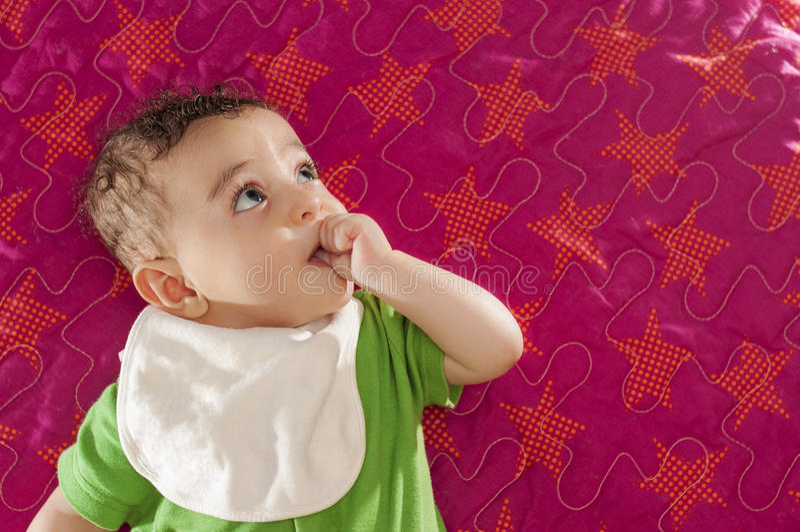 Bebé que mira lejos imágenes de archivo libres de regalías