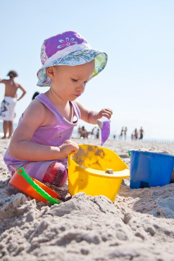 Bebé na praia fotos de stock