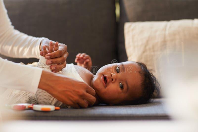 Bebé negro lindo en el sofá imagen de archivo