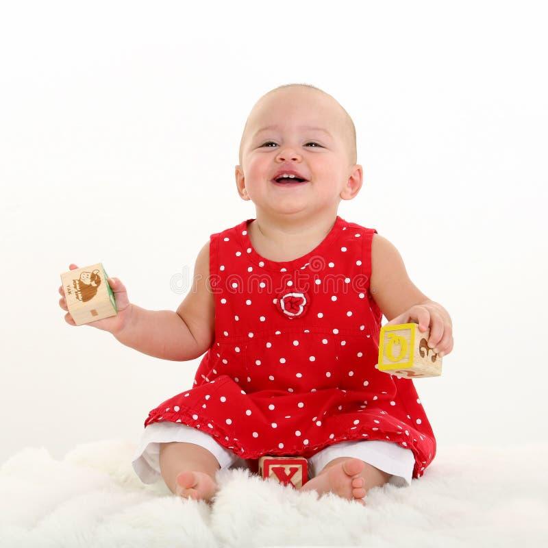 Bebé no cobertor branco com mordida da cegonha no bordo superior fotos de stock royalty free