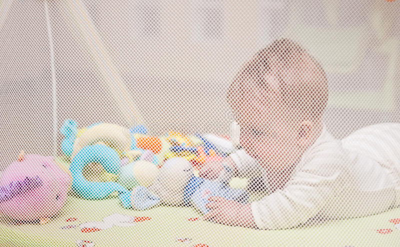 Bebé no playpen imagem de stock