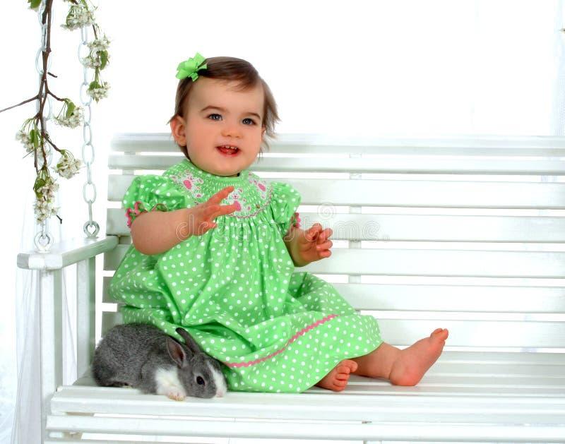 Bebé no verde e no coelho imagens de stock royalty free