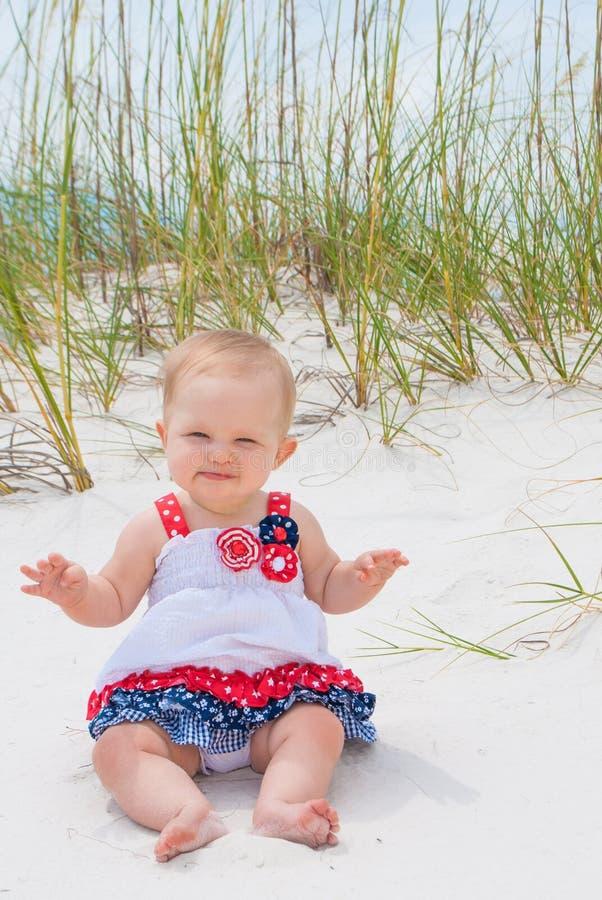 Bebé patriótico en la playa fotografía de archivo libre de regalías