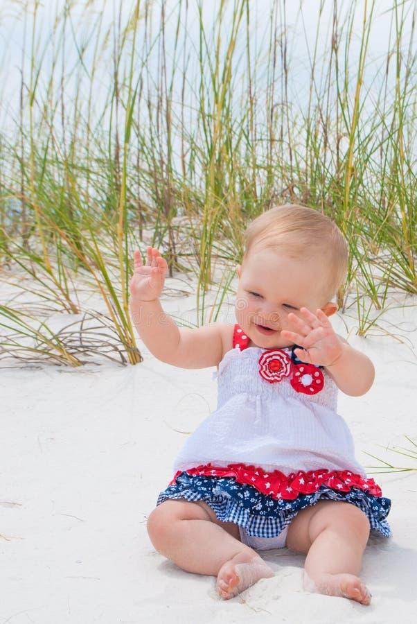 Bebé patriótico en la playa imagenes de archivo