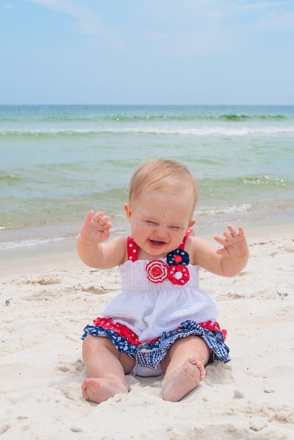 Bebé patriótico en la playa imágenes de archivo libres de regalías