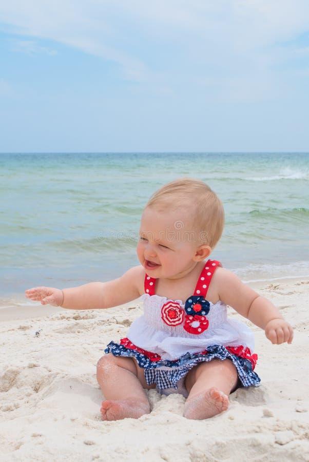 Bebé patriótico en la playa imagen de archivo