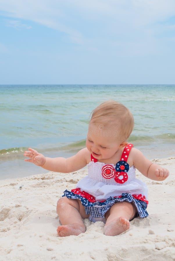Bebé patriótico en la playa fotos de archivo
