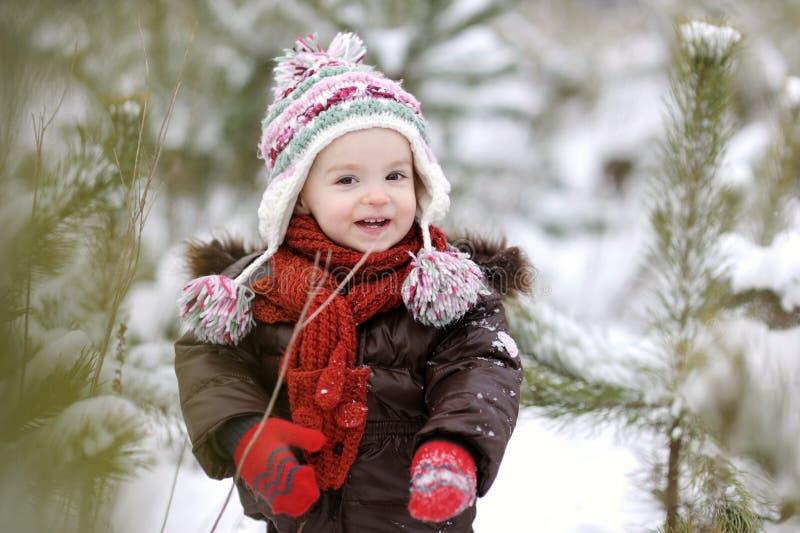 Bebé pequeno no inverno imagem de stock