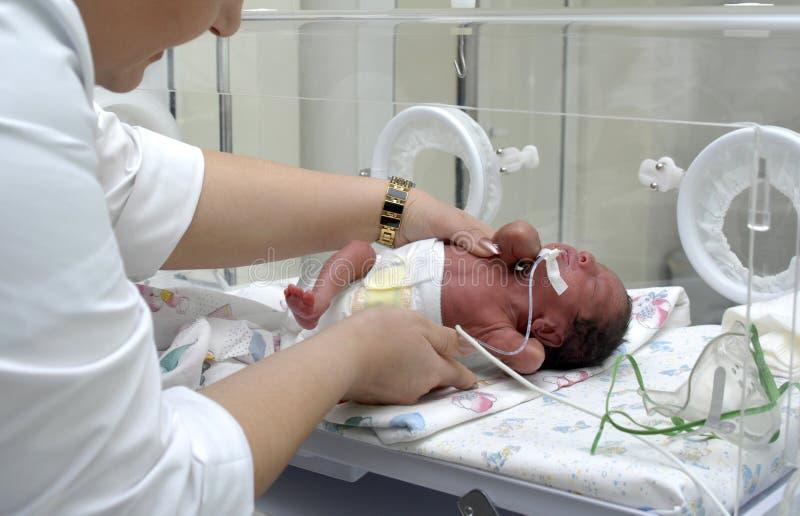 Bebé prematuro en la Unidad de Cuidados Intensivos en el hospital imagenes de archivo