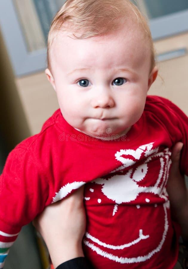 Bebé prendido pela matriz fotografia de stock