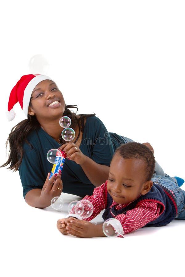 Bebé preto feliz com mamã fotografia de stock