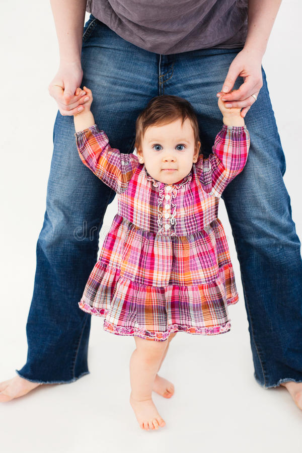 Bebé que aprende andar imagens de stock royalty free