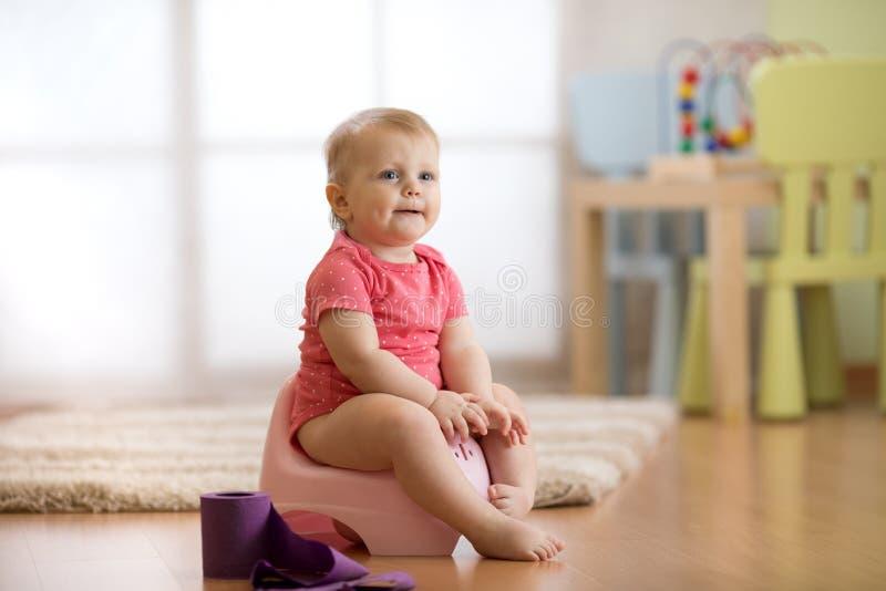 Bebé que aprende cómo utilizar el pote de cámara imágenes de archivo libres de regalías
