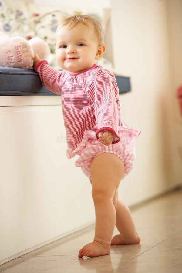 Bebé que aprende levantarse en el país imagen de archivo