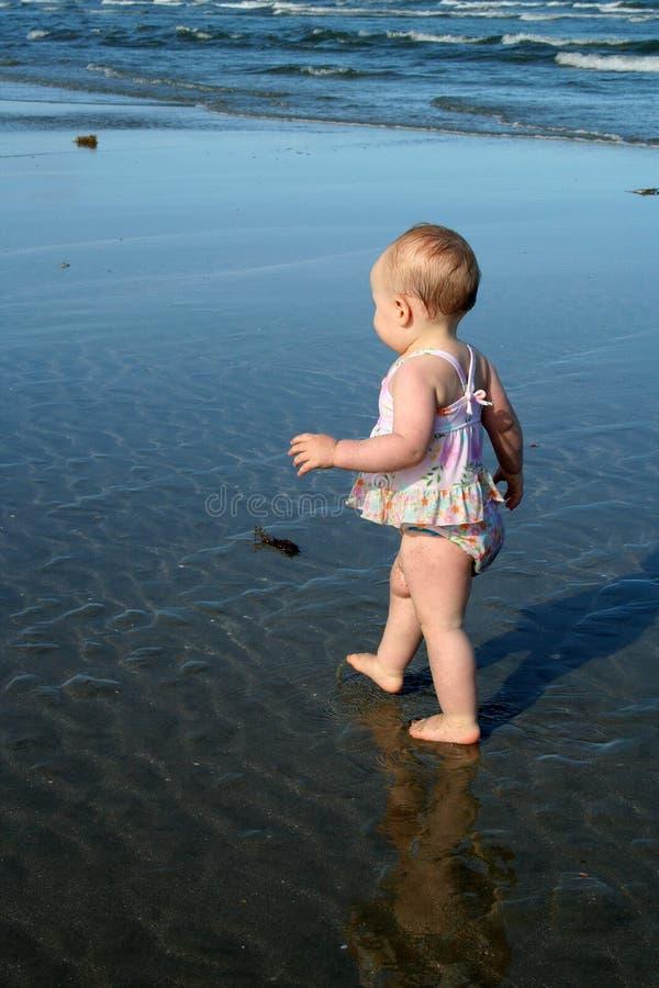 Bebé que aprende recorrer imagen de archivo