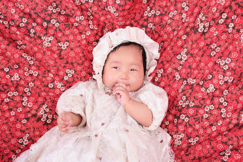 Bebé que aspira los dedos fotografía de archivo