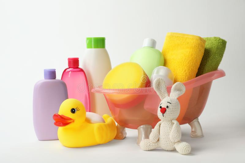 Bebé que baña los accesorios, los productos cosméticos y los juguetes imagen de archivo libre de regalías