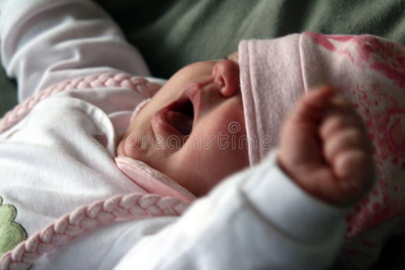 Bebé que bosteza y que estira fotografía de archivo libre de regalías