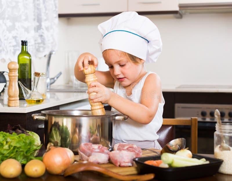 Download Bebé Que Cocina Con La Carne Imagen de archivo - Imagen de sombrero, niños: 44851703