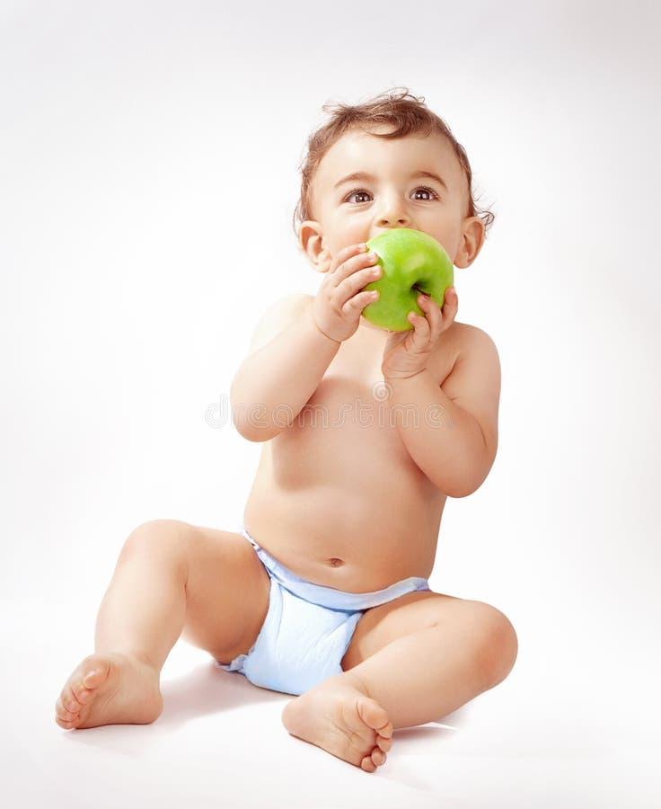 Bebé que come la manzana foto de archivo