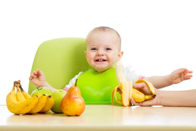 Bebé que come las frutas fotografía de archivo