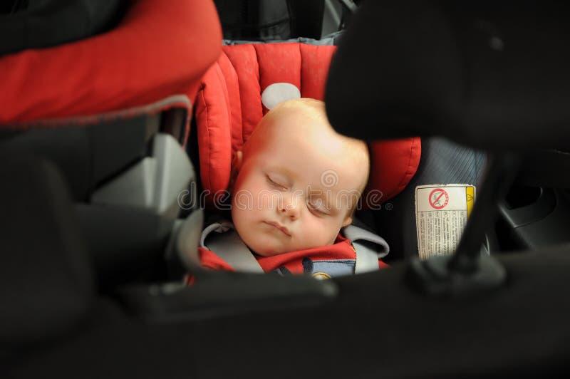 Bebé que duerme en asiento de coche fotografía de archivo