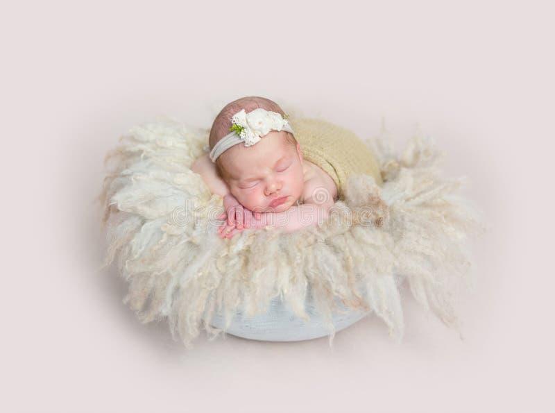 Bebé que duerme en la almohada suave enorme de la furia fotografía de archivo
