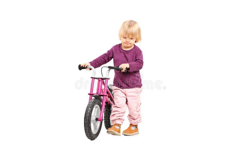 Bebé que empuja una pequeña bici imagenes de archivo