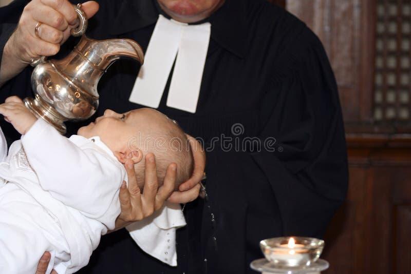 Bebé que es bautizado imagen de archivo
