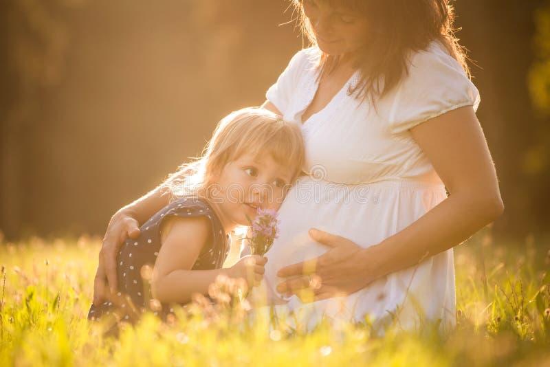 Bebé que escucha foto de archivo libre de regalías