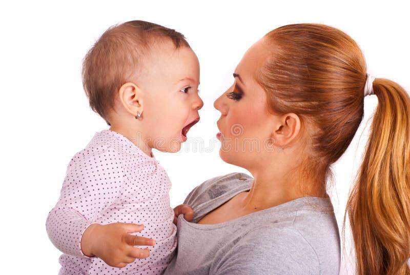 Bebé que habla con la mama imagenes de archivo
