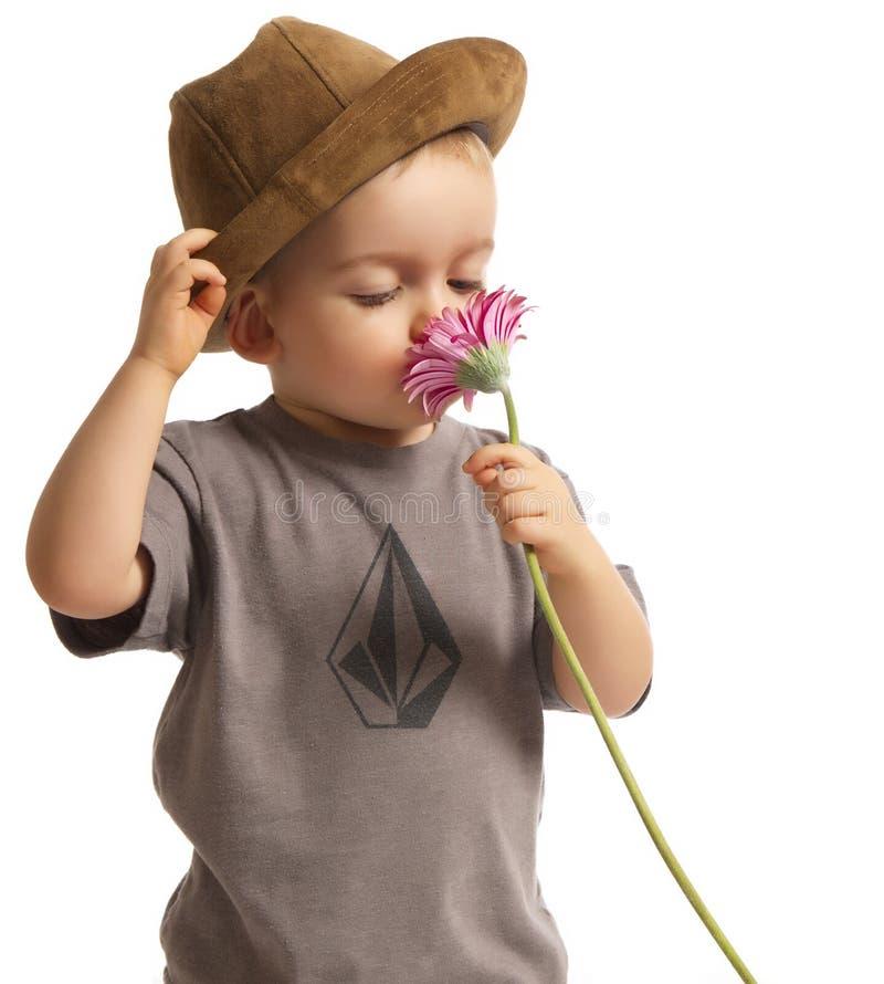 Bebé que huele la flor bonita imágenes de archivo libres de regalías