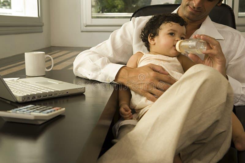 Bebé que introduce del hombre fotografía de archivo libre de regalías