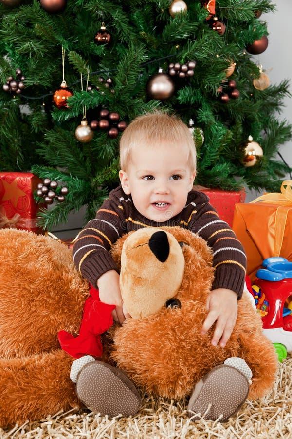 Download Bebé Que Joga Com Um Urso De Peluche No Natal Imagem de Stock - Imagem de olhos, menino: 16854927