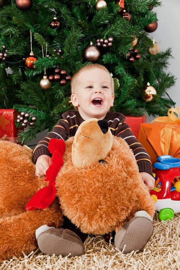 Download Bebé Que Joga Com Um Urso De Peluche No Natal Foto de Stock - Imagem de feriado, decorações: 16854950