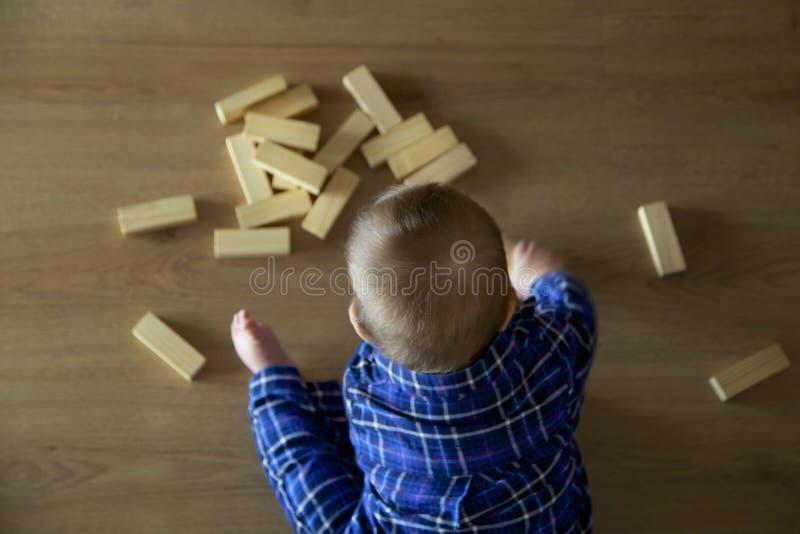 Bebé que juega con el bloque imagen de archivo libre de regalías