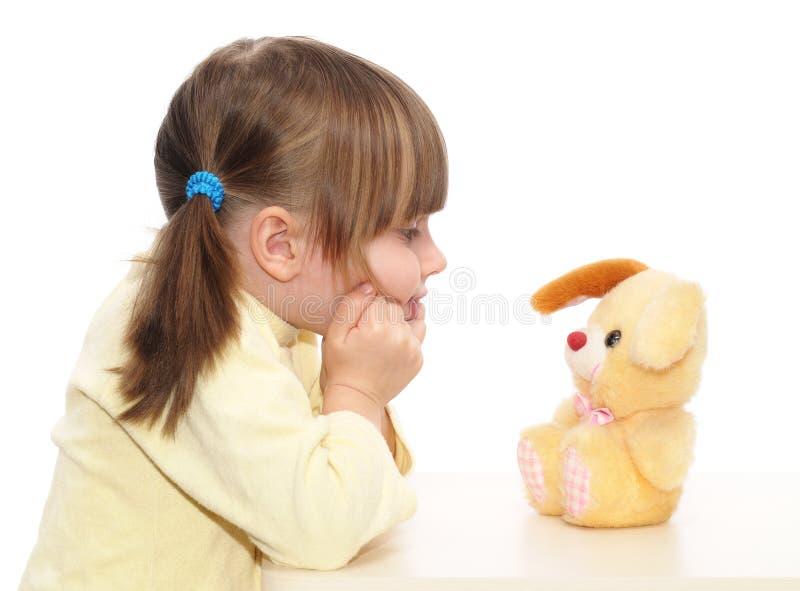 Bebé que juega con el juguete fotos de archivo libres de regalías