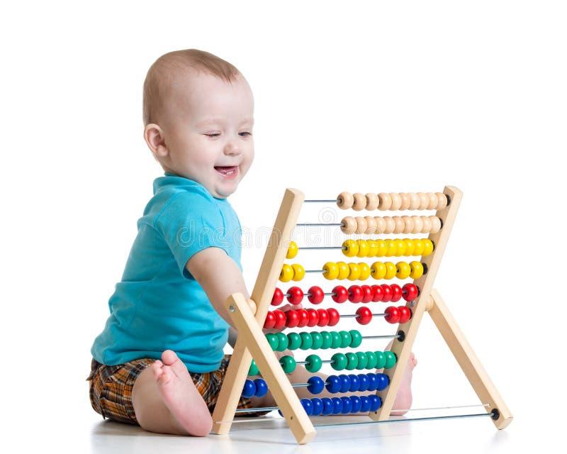 Bebé que juega con el juguete del ábaco Concepto de temprano imágenes de archivo libres de regalías