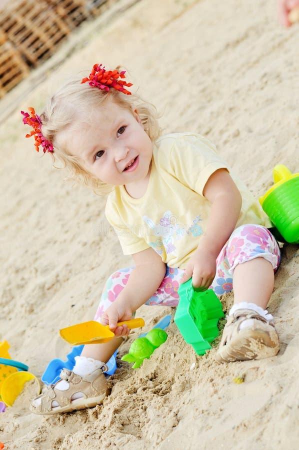 Bebé que juega en arena foto de archivo libre de regalías