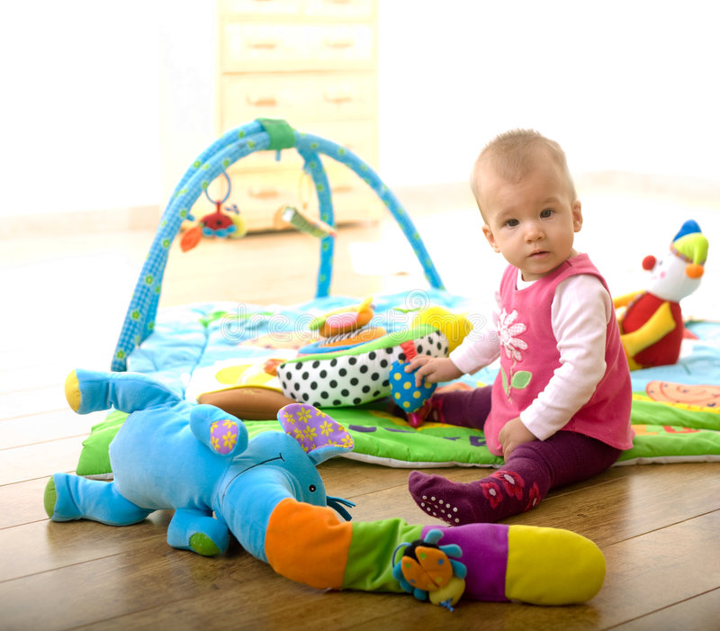 Bebé que juega en el país imágenes de archivo libres de regalías