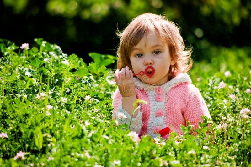 Bebé que juega en hierba imágenes de archivo libres de regalías