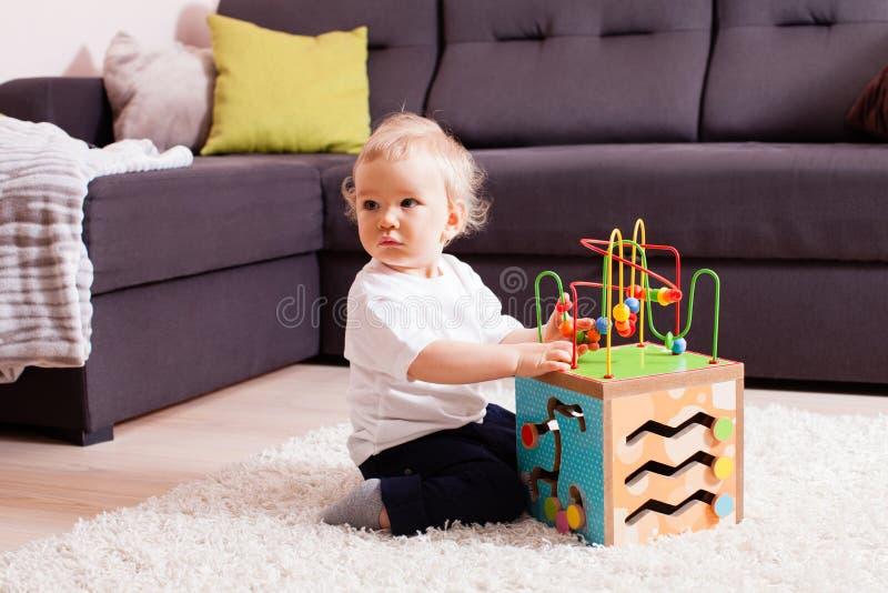 Bebé que juega en la alfombra suave foto de archivo libre de regalías