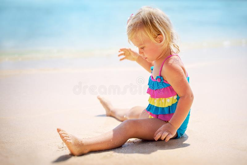 Bebé que juega en la playa fotografía de archivo
