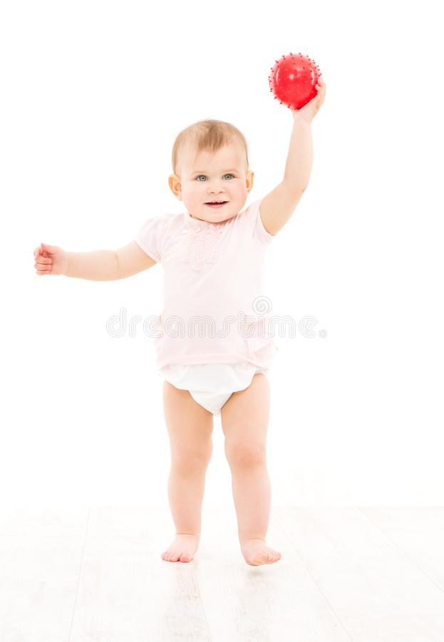 Beb? que juega la bola en blanco, ni?o del ni?o en juego del pa?al con el juguete imagen de archivo