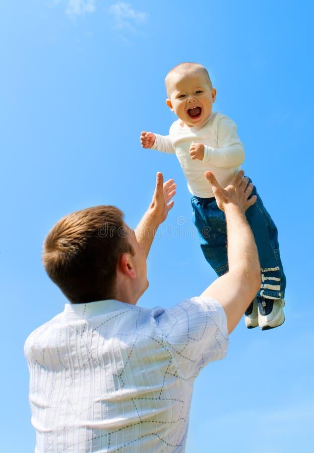 Bebé que lanza del padre imagen de archivo libre de regalías