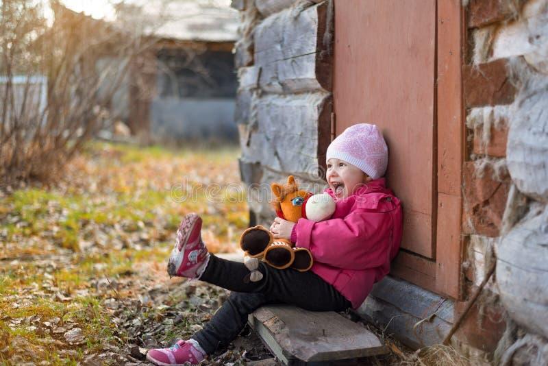Bebé que lleva a cabo el juguete y la risa fotos de archivo