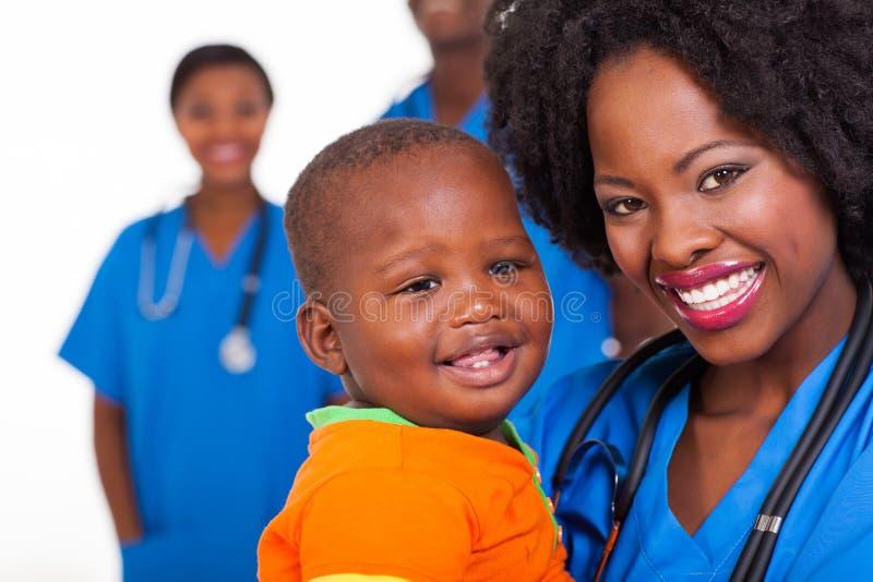Bebé africano de la enfermera foto de archivo libre de regalías