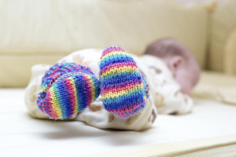 Bebé que miente en calcetines coloridos fotos de archivo libres de regalías